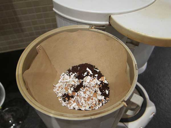 Comment utiliser des coquilles d'œuf dans le café pour une tasse moins acide