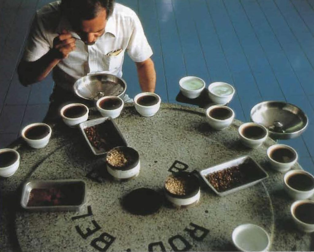 Un dégustateur professionnel devant des échantillons de café.