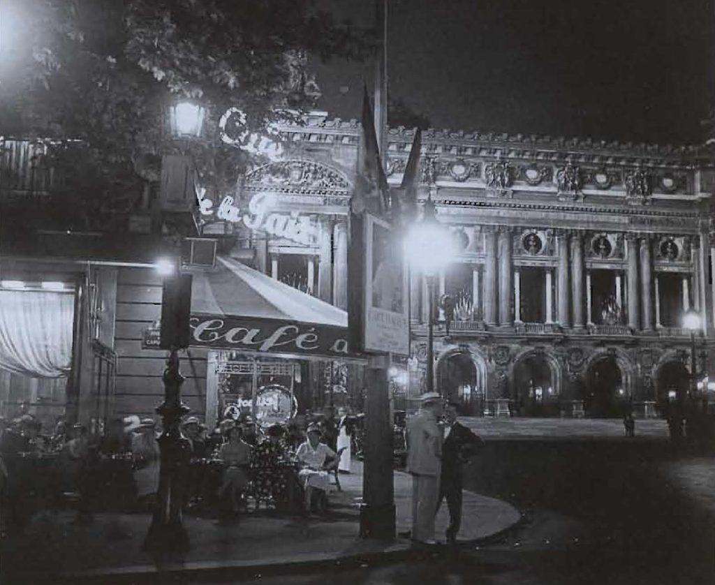 Aujourd'hui encore une institution, le Café de la Paix, la nuit, en 1938.