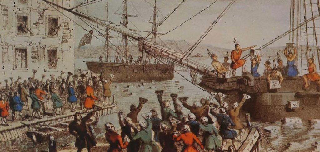 Des patriotes, déguisés en Indiens, manifestant contre les taxes imposées sur le thé par l'Angleterre, jettent la cargaison de la Compagnie des Indes dans le port de Boston, lithographie, 1846.