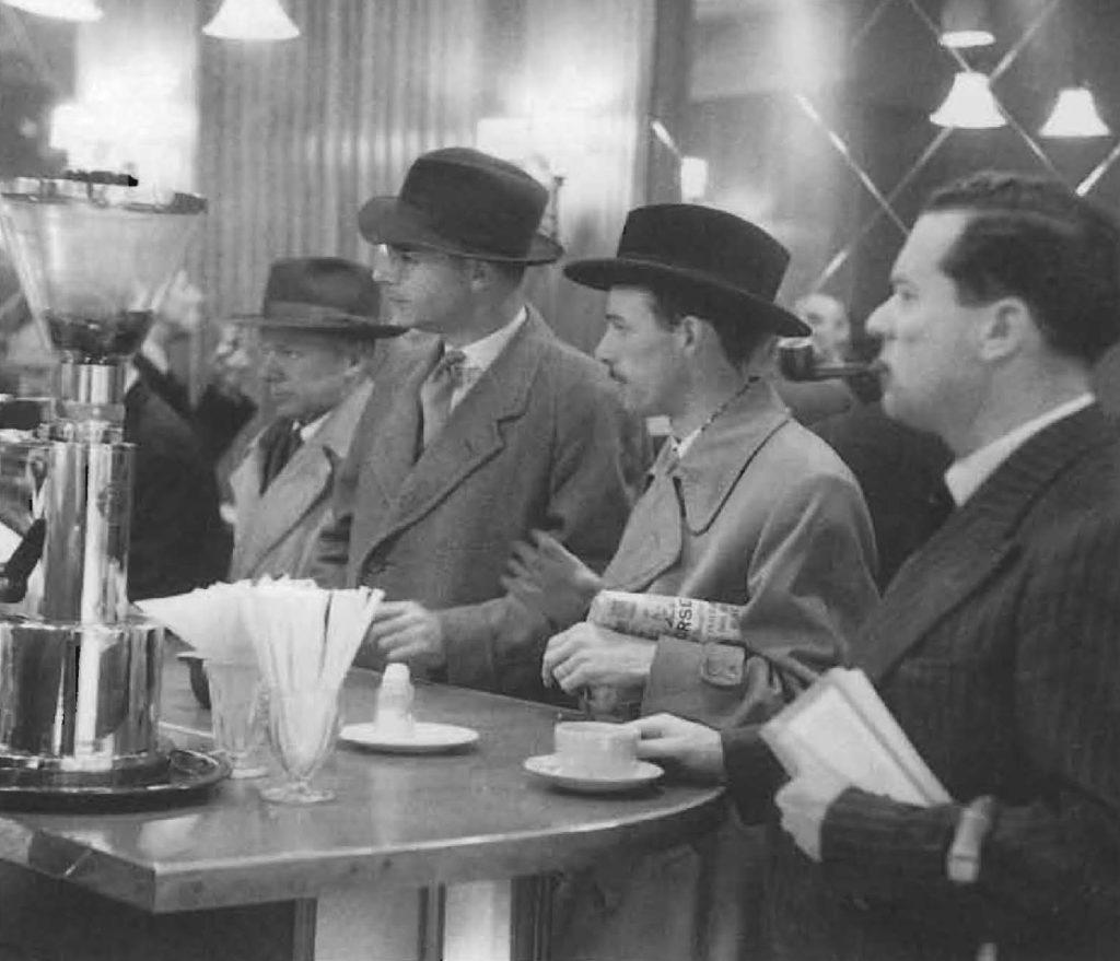 Même si de nombreux établissements en Grande-Bretagne s'inspirent de la traditionnelle terrasse de café parisienne, la plupart des nouveaux lieux, tel celui-ci situé dans Coventry Street à Londres, se distinguent vite par leur style propre.