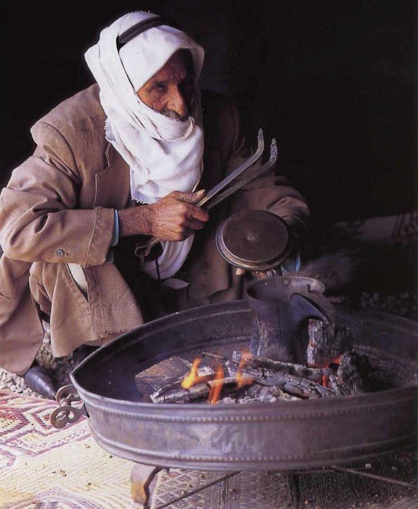 Bédouin préparant le café selon la méthode arabe traditionnelle.