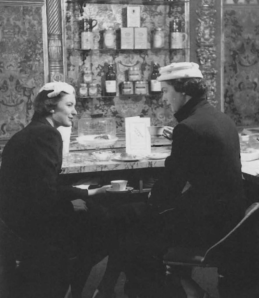 Durant les années 1950, en Grande-Bretagne, de nombreux cafés-bars voient le jour, ouverts aux hommes comme aux femmes.