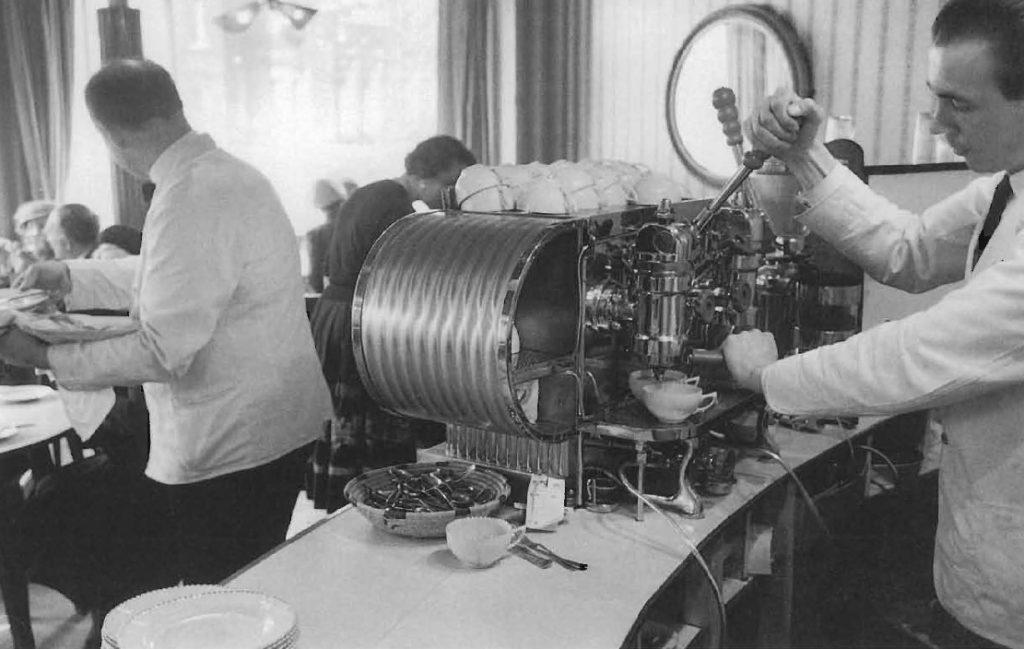 L'usage de la machine à espresso, ici au Parisian Grill à Londres, va radicalement transformer les habitudes de consommation.