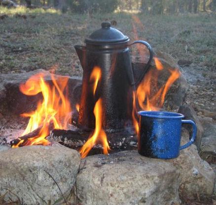 Comment faire un café de cowboy sur un feu de camp