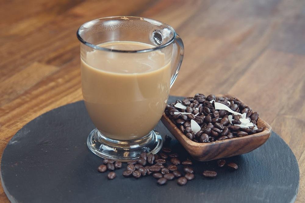 Devriez-vous boire du café avec de l'huile de noix de coco ?